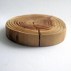 skladačka-hračka Stavebnica na prírodno : ) Nie je také jednoduché správne trafiť letokruhy. Kontrolná otázka: Koľko rokov mal strom z ktorého je vyrobená? orientačné rozmery: priemer krabičky 11 cm, výška 4 cm
