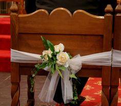 Aankleding stoelen bruidspaar in de kerk
