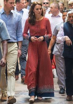 Kate Middleton paired a lace-up printed maxi dress by Glamorous with a simple pair of nude flats for her visit to a contact centre run by the charity Salaam Baalak that provides aid to homeless children in New Delhi. Vestidos Kate Middleton, Moda Kate Middleton, Kate Middleton Dress, Princesa Kate Middleton, Casual Kate Middleton, Estilo Real, George Of Cambridge, Duchess Of Cambridge, Fast Fashion