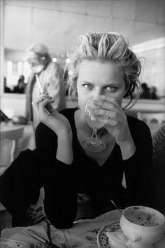 Eva Herzigova by Peter Lindbergh Peter Lindbergh, Smoking Ladies, Girl Smoking, People Smoking, Claudia Schiffer, Portrait Photography, Fashion Photography, Eva Herzigova, Laetitia Casta