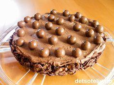 """Dette er en slik type """"godterisjokoladekake"""" som jeg egentlig hadde tenkt å ta med i barnehagen til datteren min. Men neimen om jeg fikk lov til det etter at mannen min hadde smakt sin første bit og overraskende nok falt pladask. """"Cornflakes-sjokoladekake"""" består av en bunn laget av cornflakes og smeltet sjokolade. Bunnen dekkes med luftig sjokoladefløtekrem og pyntes med sjokolade- og hasselnøttkuler. Det er ikke ofte at en hel kake blir spist opp av bare mannen min og meg, men denne ble… Tiramisu, Tart, Nom Nom, Food And Drink, Pie, Ethnic Recipes, Torte, Fruit Tarts, Tarts"""