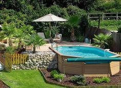 piscine hors sol avec des palmiers et petit jardin