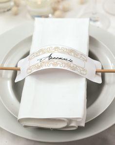 Aufgespießt - Empfangen Sie Ihre Gäste mit einer eleganten und doch pfiffigen Platzkarte an ihrem Sitzplatz. Diese Vorlage können Sie entweder von Hand beschriften und in einem Bildbearbeitungsprogramm bearbeiten, bevor Sie sie ausdrucken.