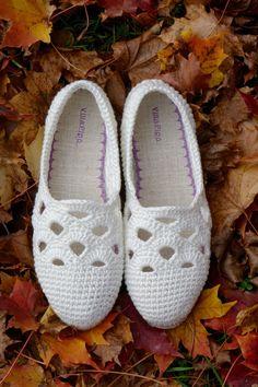 Ravelry: Venezia Slippers pattern by Sophie and Me-Ingunn Santini Crochet Boot Socks, Crochet Sandals, Crochet Slippers, Crochet Shoes Pattern, Shoe Pattern, Crochet Daisy, Knit Crochet, Lidia Crochet Tricot, Make Your Own Shoes