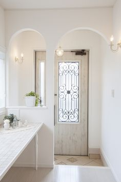 Love the arch door partition. Japanese Home Decor, Japanese House, Entrance Decor, House Entrance, Interior Architecture, Interior And Exterior, Interior Design, Door Design, House Design
