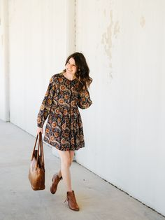 Styling a boho dress three ways. Printed boho dress+brown ankle boots+brown tote bag. Spring Casual Outfit 2017