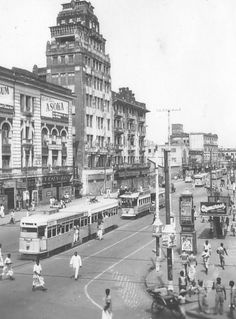 Kolkata street in Kolkata was the capital of British India then Rare Photos, Old Photos, World Photography, Travel Photography, History Posters, History Of India, Vintage India, West Bengal, British Colonial