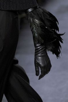Feather gloves by Ann Demeulemeester Gloves Fashion, Fashion Accessories, Faux Piercing, Mode Sombre, The Wicked The Divine, Yennefer Of Vengerberg, Fashion Details, Fashion Design, Black Feathers