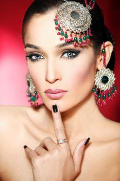 Bollywood Beautiful Sultry Makeup, Beauty Makeup, Bollywood Makeup, Engagement Makeup, Asian Wedding Dress, Makeup Inspiration, Makeup Ideas, Exotic Beauties, Light Brown Hair