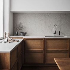 Excellent dark wood and format for kitchen. Only lower cabinets. Use marble cararra if possible also low splash.