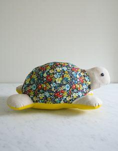 LE PATRON DE LA TORTUE EN DESSOUS ET LE LIEN POUR LE TUTORIEL en images: - Purl_turtle_template.pdf Bonne couture !