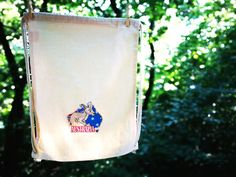 For big travellers this Australian animal is an ideal travelmate. He particularly likes Oceania, but he accompany you everywhere with pleasure. Australian Animals, Flag Design, Kangaroo, Cute Animals, Purses, Big, Cotton, Shirts, Bunting Design