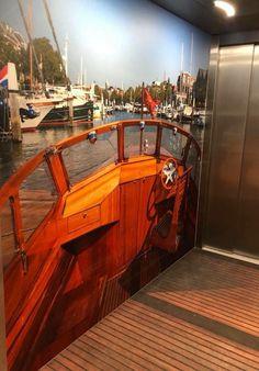 In het Albert Schweitzer ziekenhuis vind je deze gave (boot)lift met Fraternita in de Nieuwe Haven!