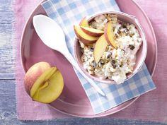 Beliebte Schweizer Frühstücksspezialität für einen perfekten Start in den Tag. Bircher-Müsli - mit Pfirsichspalten - smarter - Kalorien: 444 Kcal - Zeit: 25 Min. | eatsmarter.de