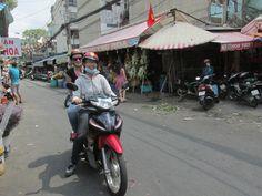 Birgit achterop de scooter bij Ai, Back of the Bike Tours.