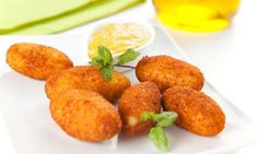 Croquetas de zanahoria  cebolla  250gr de zanahoria  300ml leche desnatada  50g harina integral  aceite de oliva  huevo  pan rallado  sal