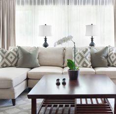 Lamparas en ventana sillon beige  mesa central wenge