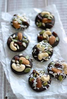 Trail Mix Chocolate Clusters (The Live Fit Girls) Healthy Party Snacks, Quick Snacks, Snack Recipes, Homemade Chocolate, Chocolate Recipes, Desserts Roses, Chocolate Clusters, Chocolate Bark, Healthy Homemade Snacks