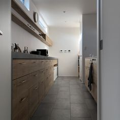 「シンプルの中に上質さを」夫婦で拘り抜いたおうちづくり。_______n.t.kさんのご自宅を探索!(前編) | ムクリ[mukuri] Kitchen Room Design, Kitchen Tile, Kitchen Cupboards, Kitchen Ideas, New Homes, House Design, Storage, Interior, Outdoor Decor