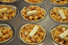 Deze koude gure dagen zijn echt het seizoen voor appeltaart. Een taart bakken voor je gezin is dan ook een leuke bezigheid. We hebben voor je een speciaal recept voor mini appeltaartjes. Hierbij geven we je het recept voor het maken van 24 mini taartjes Snij eerst de appels in kleine stukjes totdat je 8 kopjes hebt.Meng deze appels met: – 100 gram bloem – 250 gram suiker (hou je niet van zoet pak dan wat minder) – 4 theelepels kaneel - Bladerdeeg of taartdeeg meng de ingrediënten door…