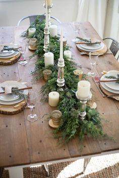 Une idée de décoration rustique pour la table de Noël avec un mélange bois et métal