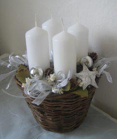Adventní něžný košík Adventní proutěný košík o rozměrech - výška cca 21cm a šířka cca 19cm s bílými svíčkami /výška 8cm/, a také s plíšky pod svíčky. Slouží jako dekoracea je trvanlivá.