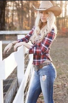 Cute Country Girl, Country Girl Shirts, Country Girls Outfits, Country Women, Shirts For Girls, Sexy Cowgirl Outfits, Cowgirl Style, Hot Wheels, Vaquera Sexy