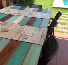 Mesa de terraza con madera impermeabilizada, tablas de colores