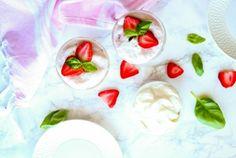 Mousse protéinée fraise basilic #strawberries #basil #freshfood #protein #eggs #freshfood #healthyfood #healthyreceipe #nutrition #nutritionnist Isabelle Huot, Nutrition, Mousse, Panna Cotta, Pudding, Ethnic Recipes, Desserts, Food, Pret A Manger