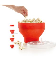 The Collapsible microwave popcorn popper from LeKue. It's a steam process making a light fluffy popcorn. Watch your favorite movie tonight while enjoying a treat. Korn, Microwave Popcorn Bowl, Microwave Meals, Alice Delice, Spice Combinations, Homemade Popcorn, Popcorn Bucket, Micro Onde, Specialty Appliances