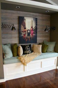 banquette avec matelas et mur en bois avec photographie