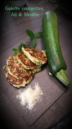 Zucchini patties Garlic & fresh mint Preparation: 10 min Cooking time: 5 min Ingredients (for 3 gourmands) 1 large zucchini 10 mint leaves 1 clove of garlic 2 tablespoons olive oil Vegetable Recipes, Vegetarian Recipes, Healthy Recipes, Zucchini Patties, Healthy Cooking, Food Videos, Love Food, Food Porn, Food And Drink