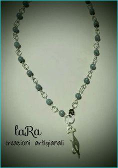 Collana realizzata con piccole perle tonde color turchese e ciondolo gatto stilizzato!