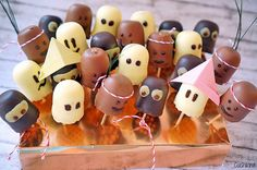 Chocolate Cats for the next birthday party - Kindergeburtstag - Essen Deco Fruit, Chocolate Cat, Chocolate Kisses, Enjoy Your Meal, Party Buffet, Snacks Für Party, Halloween Snacks, Birthday Treats, Food Decoration