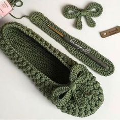 Best 11 Crochet Espadrilles with Flip Flop Soles – Free Pattern + Tutorial! Pop Top Crochet, Crochet Baby, Knit Crochet, Baby Knitting Patterns, Crochet Stitches Patterns, Crochet Shoes Pattern, Shoe Pattern, Crochet Flip Flops, Crochet Sandals