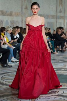 The complete Giambattista Valli Fall 2017 Couture fashion show now on Vogue Runway. Style Couture, Couture Fashion, Runway Fashion, High Fashion, Collection Couture, Fashion Show Collection, Strapless Dress Formal, Formal Dresses, Italian Fashion Designers