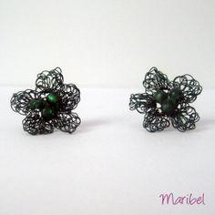 Estas flores son unos pendientes realizados a ganchillo con hilo de cobre forrado lleva abalorios de cristal y la fornitura es de plata