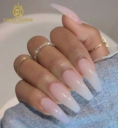 False nails have the advantage of offering a manicure worthy of the most advanced backstage and to hold longer than a simple nail polish. The problem is how to remove them without damaging your nails. Aycrlic Nails, Hair And Nails, Coffin Nails, Nail Nail, Nail Polishes, Glitter Nails, Sunflower Nails, Fire Nails, Best Acrylic Nails