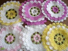 I'd love to find the pattern for these doilies. Crochet Home, Irish Crochet, Crochet Crafts, Crochet Projects, Crochet Squares, Crochet Motif, Knit Crochet, Crochet Dollies, Crochet Flowers