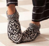 Ravelry: Norwegian Star Slippers pattern by Laura Farson From: Knitting… Knitted Slippers, Slipper Socks, Crochet Slippers, Knit Crochet, Fair Isle Knitting, Knitting Socks, Free Knitting, Knit Socks, Norwegian Knitting