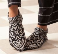 Ravelry: Norwegian Star Slippers pattern by Laura Farson From: Knitting… Fair Isle Knitting, Knitting Socks, Free Knitting, Knitting Patterns, Knit Socks, Crochet Patterns, Knitted Slippers, Crochet Slippers, Knit Crochet