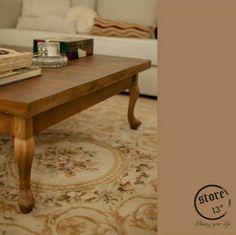 Mesa de madera con patas de estilo