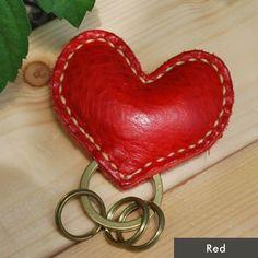 ハートの形がかわいい、植物性タンニン鞣しの革を使用した手縫いのキーホルダー。