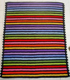 all the colors of the rainbow are in this little blanket, separated by black, which is making the colors popping out! I made a little edging on the