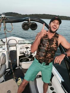 And he has a boat! I didn't think it was possible to crush any harder! #lukebryan #yoysexybeast