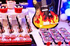 Olha que linda ideia para comemorar a festa do seu filho.A decoração de hoje é Festa Rock!!Imagens La Provence.Lindas ideias e muita inspiração.Bjs, Fabíola Teles.Mais ideias lindas:La Proven... Festa Rock Roll, Best Part Of Me, The Beatles, Rock And Roll, Birthday Candles, Party Fun, Party Rock, Birthday Cakes, Creativity
