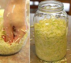 Steps to make a healthy probiotic: Sauerkraut (fermented cabbage) Fermented Cabbage, Fermented Foods, Easy Healthy Recipes, Vegan Recipes, Cooking Recipes, Kombucha, Czech Recipes, Ethnic Recipes, Homemade Sauerkraut