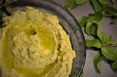 Hummus mit Avocado & Minze #hummus #kichererbsen #avocado #minze #pfefferminze #dip #frühling Hummus, Dip, Avocado, Guacamole, Mexican, Cakes, Ethnic Recipes, Kitchen, Food
