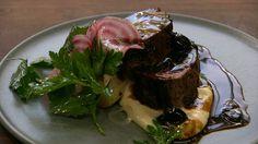 Rosastegt kalv med puré og glace Steak, Menu, Pure Products, Food, Tv, Menu Board Design, Essen, Television Set, Steaks