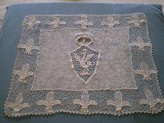 Sottopiatto in Merletto di Orvieto da cui è tratto il logo dell'Associazione Bolsena ricama. (1925 ca) Coll. privata Principe Giovanni del Drago